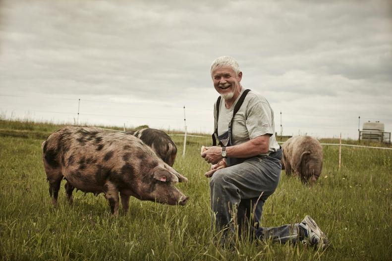 Bio-Landwirt mit Turopolje Schwein_© Le Foodink